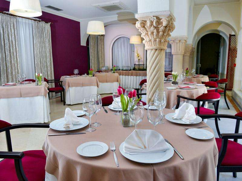 City break Andalusia weekend liber Rusalii bilet de avion si hotel inclus