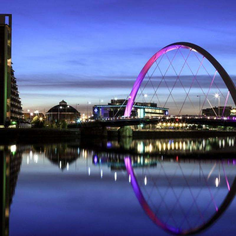 City break Glasgow 2 adulti si 1 copil bilet de avion si hotel inclus