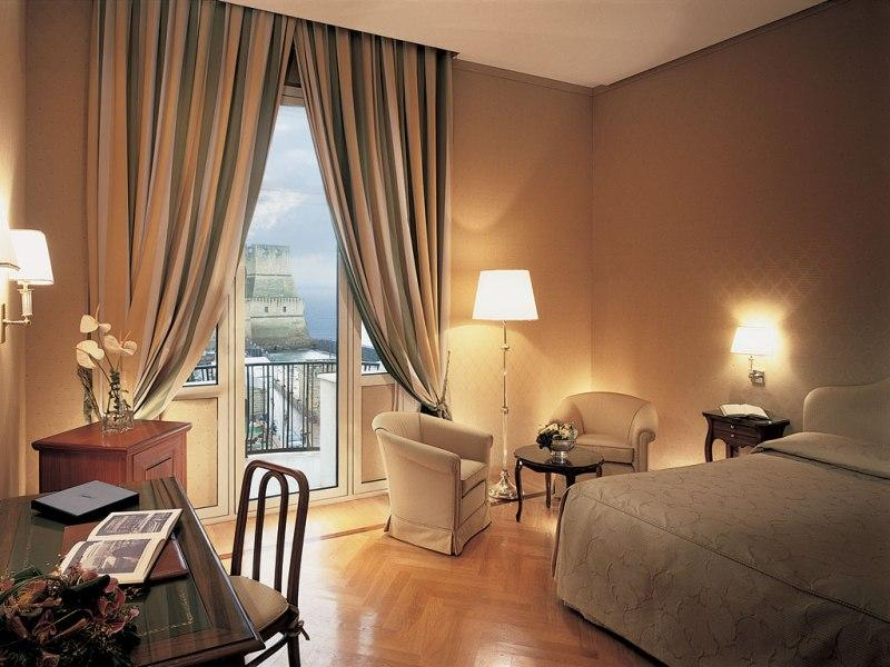 City break Napoli Mos Nicolae  bilet de avion si hotel inclus