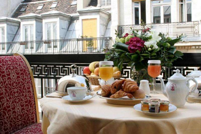City break Paris 2 adulti si 1 copil bilet de avion si hotel inclus
