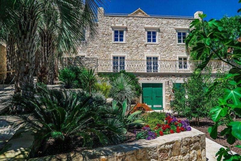 Sejur Insula Brac luna mai bilet de avion si hotel inclus
