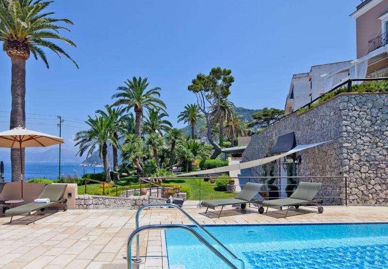 Sejur Italia Insula Capri august bilet de avion si hotel inclus